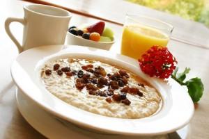 Овсяная каша с изюмом и фруктовым соком - один из лучших завтраков