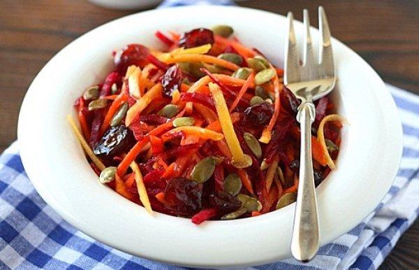 Готовый салат посыпать тыквенными семечками