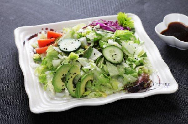 Рецепт                  Постный салат из авокадо и огурцов с гренками