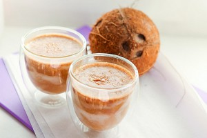 Кофейно-молочный коктейль с кокосом.