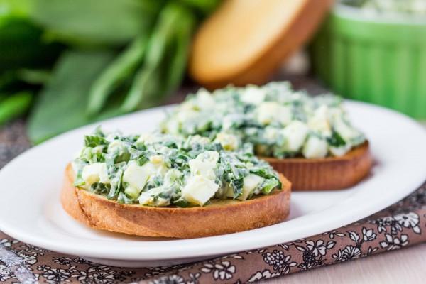 Рецепт                  Весенний салат из яиц, черемши и огурцов
