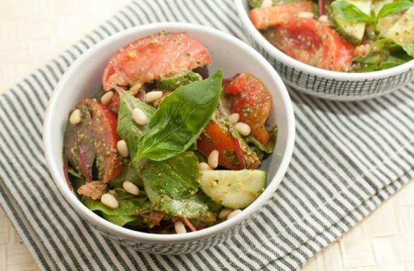 Рецепт                  Овощной салат с соусом песто
