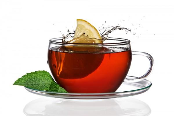 Лимон добавляют в уже заваренный чай