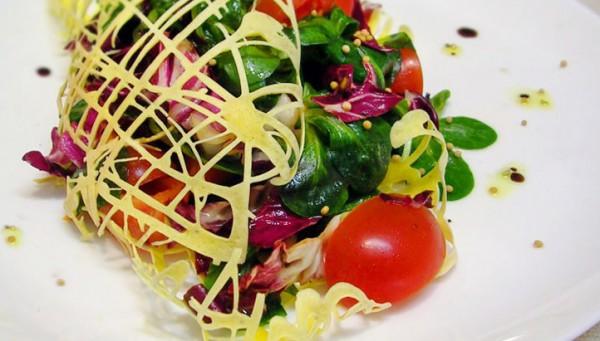 Рецепт                  Зеленый салат с яичной сеточкой