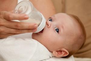 Если ацетонемия у ребенка до года, его нужно чаще прикладывать к груди или давать молоко из бутылочки