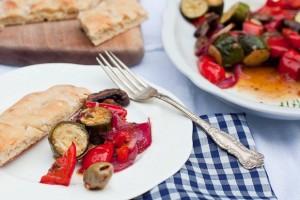 Маринованные овощи прекрасно сочетаются со свежим хлебом