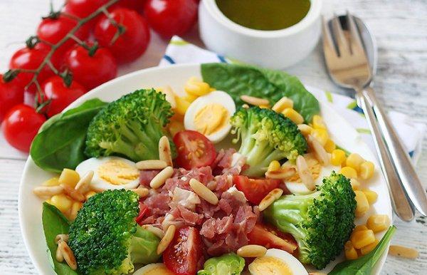 Рецепт                  Салат из брокколи с перепелиными яйцами, беконом и кукурузой