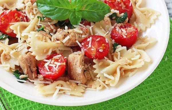 Рецепт                  Паста фарфалле с тунцом и помидорами черри