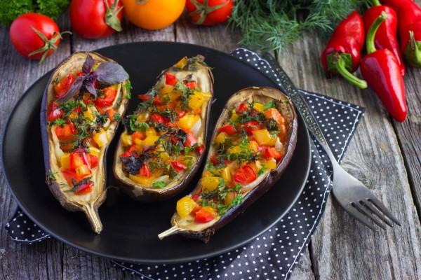 Новогодняя закуска: баклажаны, фаршированные овощами