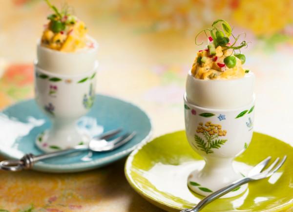 Подавай пасхальную закуску в подставках для яиц