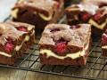 Шоколадные пирожные с творогом и малиной