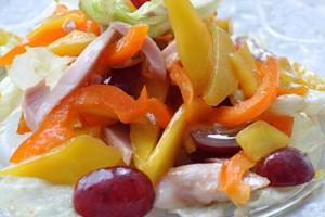 Салат из копченой курицы с манго