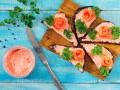 Новогодние рецепты: Канапе с икрой мойвы и лососем