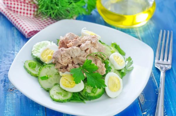 Простой салат из печени трески