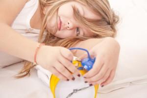 Чтобы ребенок легко просыпался утром, нужно выработать режим