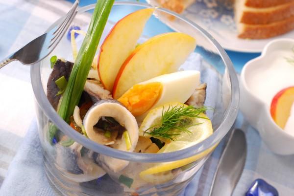 Пасхальный салат из сельди и яиц