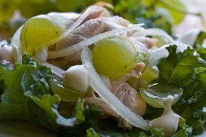 Куриный салат с виноградом и сельдереем