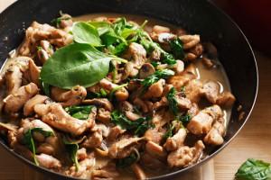 Тушеную курицу с грибами подавай с картофельным пюре