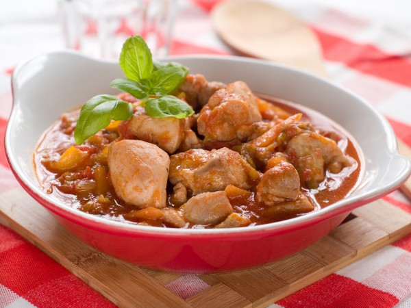 Рецепт                  Тушеная курица с помидорами и перцем