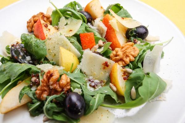 Салат из рукколы, груши, орехов и винограда