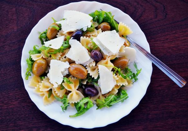 Весенний салат из пасты с фетой
