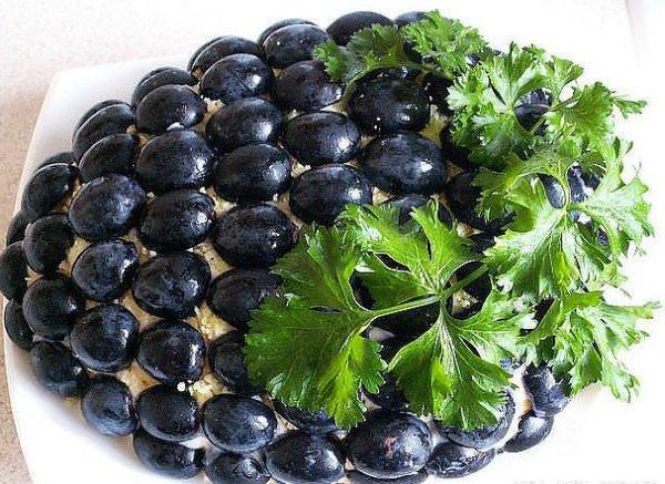 Готовый салат украсить виноградом без косточек и свежей зеленью