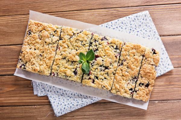 Тертый пирог с клубникой со взбитыми белками: пошаговый рецепт