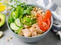 Салат из консервированного лосося с овощами и фасолью