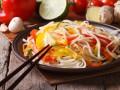 Салат из лапши с овощами в азиатском стиле