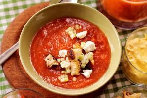Классический гаспачо готовят из помидоров, огурцов и чеснока