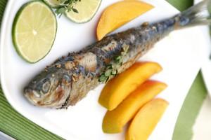 Запеченная рыба хорошо сочетается с лимоном и картофелем