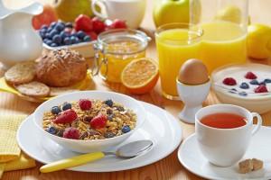 Те, кто вечно спешит, могут есть на завтрак хлопья с молоком и фруктами