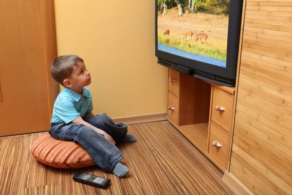 Детям следует проводить меньше времени у телевизора