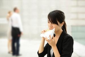 Перекусывая, выбирай небольшие порции, чтобы нанести меньше вреда организму