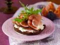 Бутерброды с прошутто, инжиром и рукколой