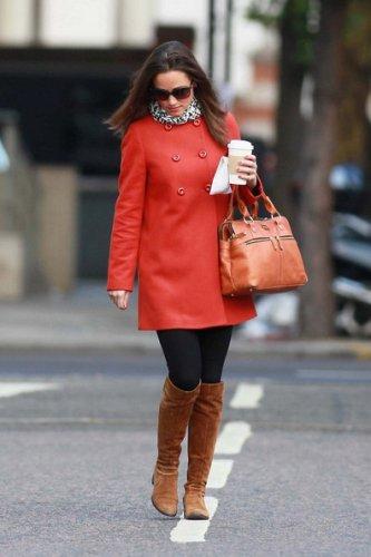 C чем носит красное пальто Пиппа Миддлтон (Pippa Middleton) .