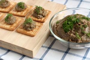 Грибная икра лучше всего подходит для приготовления бутербродов и канапе