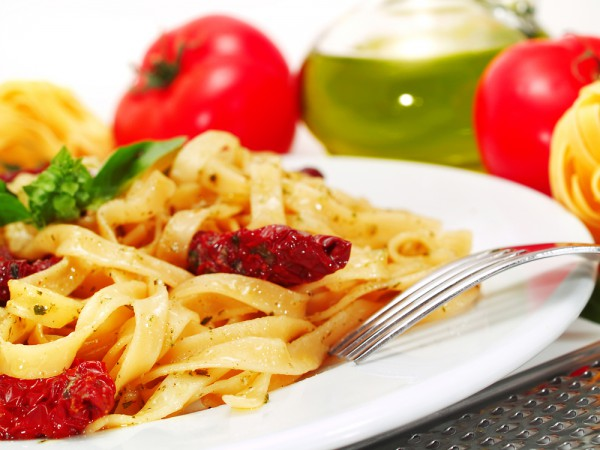 Рецепт                  Фетучини с курицей и вялеными помидорами