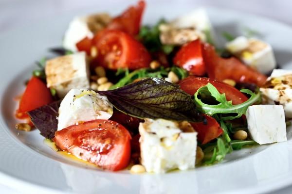 Рецепт                  Летний салат из помидоров, сыра и зелени