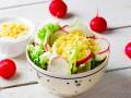 Зеленый салат с редисом и яйцом