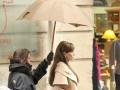 Анджелина Джоли наняла человека,который будет носить над ней зонтик