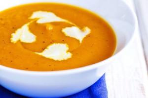 Укрась тыквенно-морковный суп сливками и пряностями