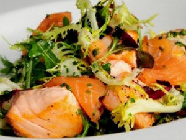 Рецепт                  Салат из жареного лосося с зеленью