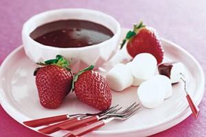 Шоколадное фондю с зефиром и клубникой