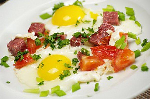 Рецепт                  Яичница-глазунья с помидорами