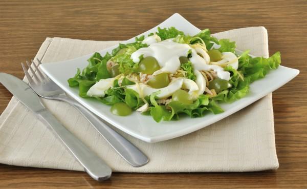 Зеленый салат с виноградом и