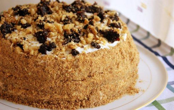 Рецепт                  Медовик на кефире с черносливом