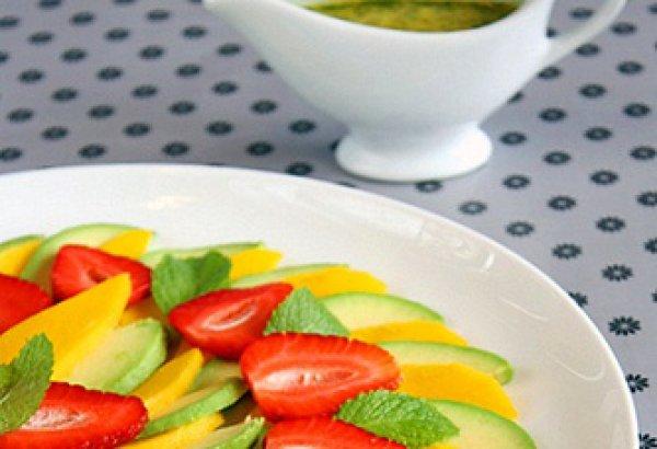 Салат из клубники, манго и авокадо