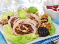 Рецепты на Рождество: Мясной рулет с черносливом и орехами
