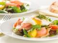 Салат из лосося с яйцом-пашот